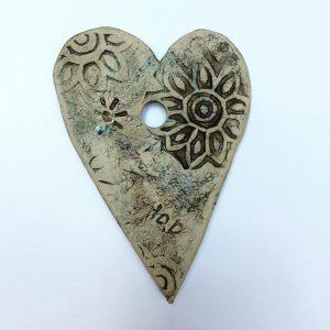 Keramieken hart gemaakt door Marian Daems Keramiek